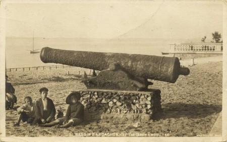 Les enfants au pied du canon du Moulleau ...