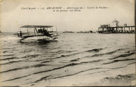 "Atterrissage du ""Curtiss de Paulhan"" et son passager Léo Neveu"